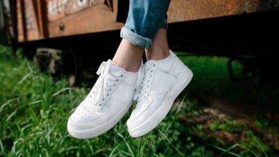 keuzes maken tijdens zwangerschap - voeten met witte schoenen
